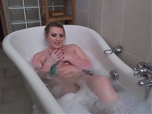 European mature mom fingering pussy in bath