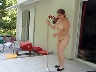 HELENE nettoie la terrasse