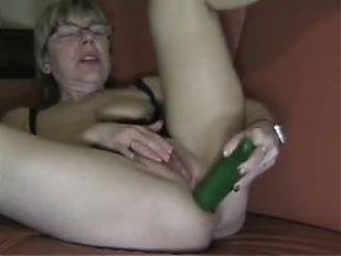 plas Oma en haar komkommer  in haar kont