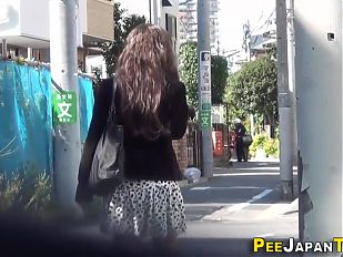 Japanese babe sprays pee